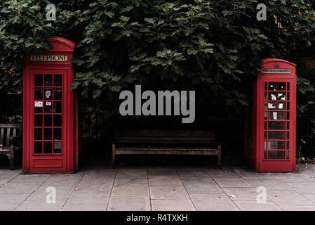 Dos cabinas de teléfono rojo icónica diseñada por Sir Giles Gilbert Scott, Londres, Reino Unido.