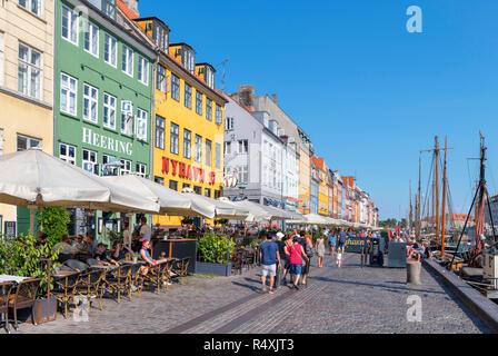 Nyhavn, Copenhague. Cafés, bares y restaurantes a lo largo del histórico canal de Nyhavn, Copenhague, Dinamarca