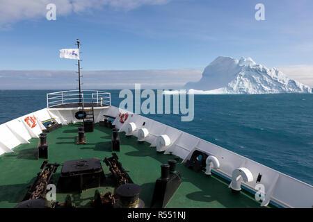 Proa del buque con un iceberg cerca de Georgia del Sur en la Antártida