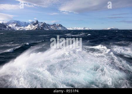 Vista espectacular a las montañas cubiertas de nieve en la Isla Georgia del Sur, en la isla del Atlántico Sur, la Antártida
