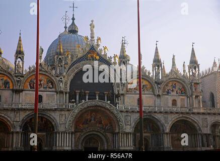 """La Basilica di San Marco, Venecia, Italia: la fachada adornado con hermosos mosaicos, incluido """"El Juicio Final"""" por encima de la entrada principal"""