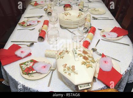 Decoración de Navidad tradicional cena la mesa antes de la comida.