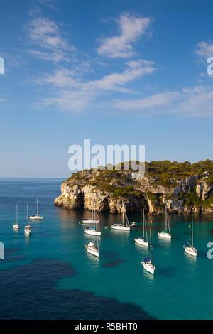 Niveles elevados de vista sobre la bahía de Cala Macarelleta, Menorca, Islas Baleares, España