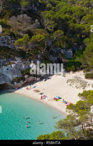 Vista elevada sobre la playa de Cala Macarelleta, Menorca, Islas Baleares, España