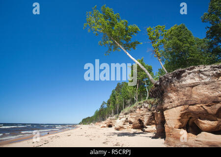 Letonia, al noreste de Letonia, Vidzeme Costa, Saulkrasti, playa por la Veczemju acantilados rojos