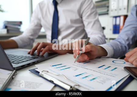 Grupo de personas sostienen en brazos documentos financieros