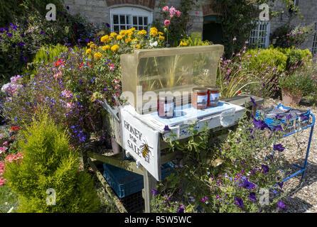Tarros de miel en venta en frente de la casa de campo en el Castillo de Corfe en la Isla de Purbeck, Dorset, Inglaterra, Reino Unido