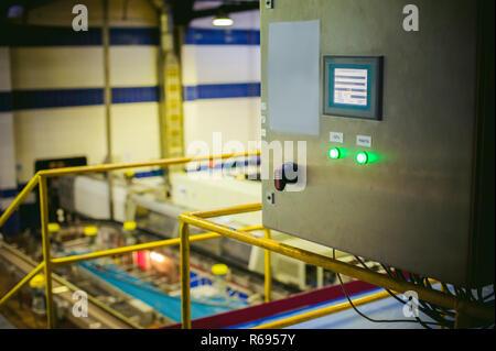 Línea de producción de la cerveza. Equipos para la montaron de producción y embotellado del producto terminado. ponel dispositivos, panel de control, panel de control.