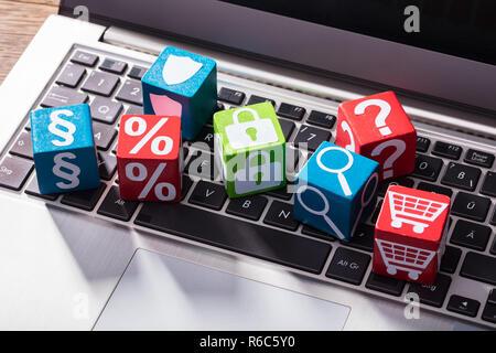 Símbolos sociales sobre un bloque de madera sobre el teclado portátil