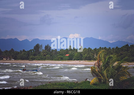 El mar embravecido en la costa de Sumatra