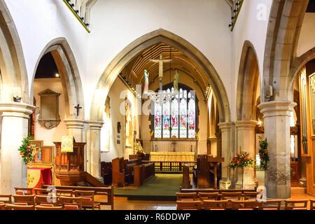 Interior de la Iglesia de San Juan Bautista, High Street, Pinner, London Borough of Harrow, Greater London, England, Reino Unido