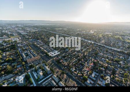 Por la tarde vista aérea de San Diego Freeway 405 y el extenso valle de San Fernando, en Los Angeles, California.