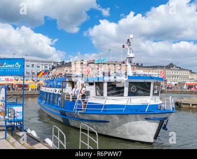 Visitas turísticas en barco en el puerto de acoplamiento en Kauppatori (Plaza del Mercado), Helsinki, Finlandia Foto de stock