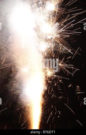 Fireworks como una fuente de noche con larga exposición