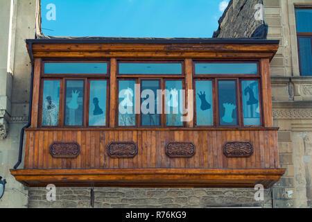 Balcón de madera antigua en el casco antiguo Foto de stock