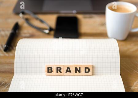 Primer plano sobre el portátil durante la vendimia de fondo de escritorio, foco delantero sobre bloques de madera con letras que marca el texto
