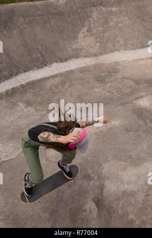 Mujer skateboarding en skate park Foto de stock