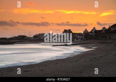 Lyme Regis, Dorset, Reino Unido. El 9 de diciembre de 2018. El clima del Reino Unido. El cielo se torna naranja en el atardecer en Lyme Regis en Dorset, en el final de una fría tarde soleada ventosos. Crédito de la imagen: Graham Hunt/Alamy Live News