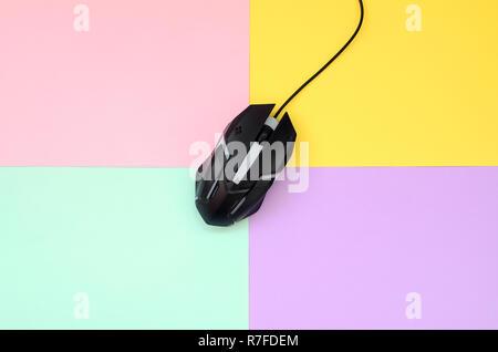 Gaming mouse óptico se encuentra entre las zonas de diferentes colores. Dispositivo para cybersport y juegos de video en línea. Sentar plana mínima. Vista superior