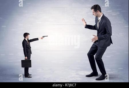Pequeño empresario con tiroteos gigante empresario temeroso