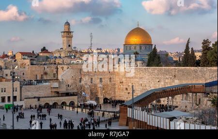 Muro de las Lamentaciones y la cúpula dorada de la roca en la Ciudad Vieja de Jerusalén, Israel.