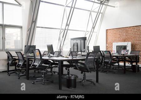 Visión moderna del espacio de oficinas vacío interior