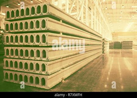 Pila de losas de hormigón armado prefabricado en un taller de construcción de viviendas