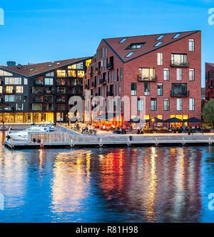 Kroyers Plads edificios de arquitectura moderna con diseño de terraplén iluminado en la noche, Copenhague, Dinamarca