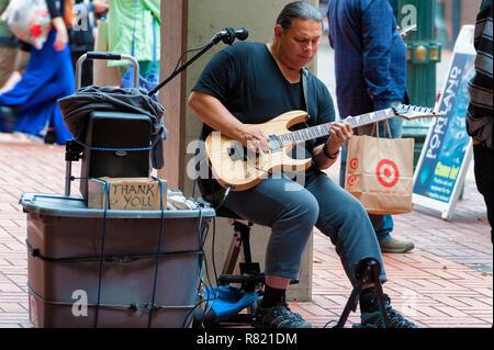 Portland, Oregon, USA - Octubre 8, 2016: una calle músico toca la guitarra eléctrica en el centro de Portland, Oregón