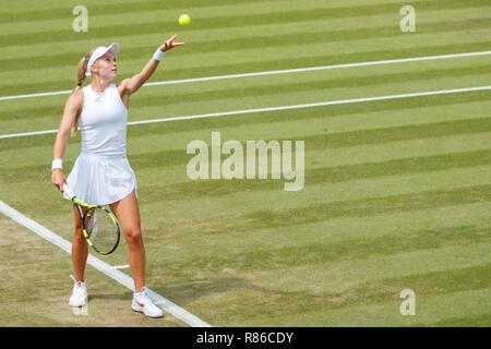 Katie Swan de GB en acción durante el Campeonato de Wimbledon 2018