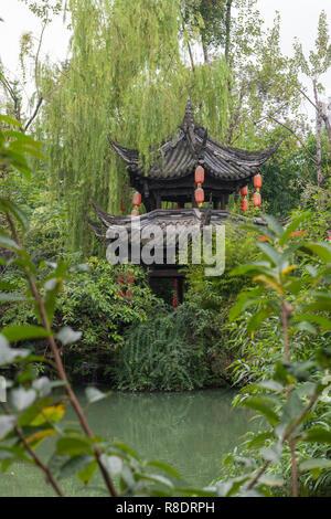 Que temple, Chengdu, pequeña pagoda en jardines cerca de estanque