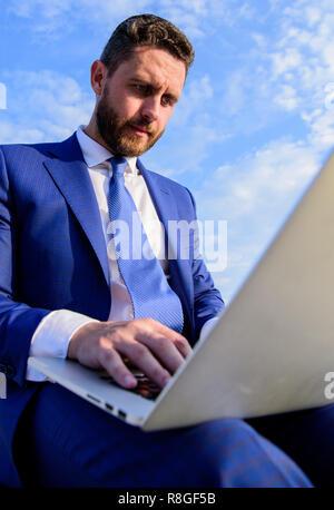 Gerente de ventas trabaja en marketing de internet fondo de cielo azul. Consejos crear sorprendentes frío correos electrónicos. Empresario navegando por internet o responder correos electrónicos mientras sentarse con portátil al aire libre. Consejos para aumentar sus ventas online.