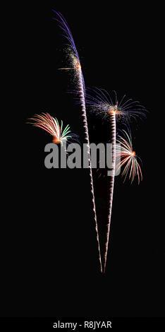 Coloridas Flores resplandecientes, patrón de ruptura fuegos artificiales iluminan el cielo negro aislados antecedentes, Año Nuevo 2019 Celebrando la noche de Fuegos Artificiales. Spec