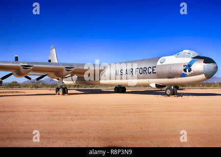 1955 Convair B-36 Peacemaker de largo alcance avión bombardero estratégico en la pantalla en el Pima Air & Space Museum de Tucson, AZ