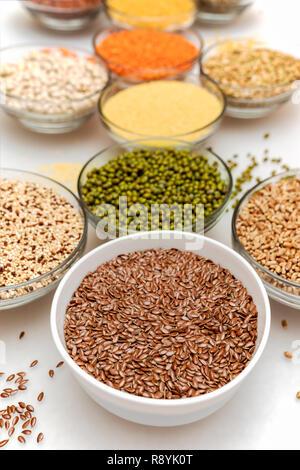 Cuencos con cereales saludables sobre fondo blanco. Súper alimento. Foto de stock