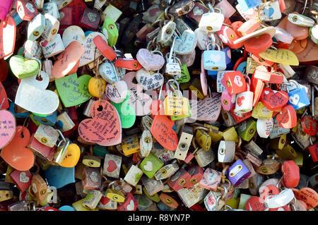 Con una colección de pared de candados que han sido colgados y encajada en la torre Seoull, Corea, para simbolizar amor eterno entre parejas