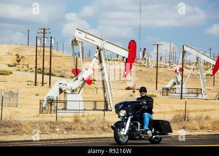 Un ciclista en el campo petrolífero en Oildale Kern River, en Bakersfield, California, Estados Unidos. Tras una larga sequía de cuatro años sin precedentes, Bakersfield es ahora la ciudad más seco en los Estados Unidos, impulsada por el cambio climático. Los estadounidenses aún no puede hacer la conexión entre su adicción a los combustibles fósiles y el cambio climático.