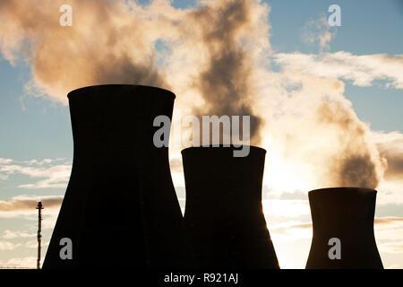 La refinería de petróleo en Grangemouth en el Firth of Forth, Escocia, Reino Unido. Escocia es la única refinería de petróleo. Toma aceite de un ducto desde los años cuarenta del Mar del Norte, el área de producción y procesos 10 millones de toneladas de petróleo al año. Como tal es un gran contribuyente al cambio climático.