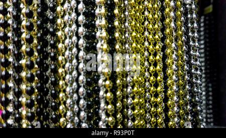 Muchos de negro, blanco, plata, oro y bolas de oro parte neacklaces para celebraciones de Año Nuevo o el fondo. Cerca de macro fotografía neacklace horizontal vertical
