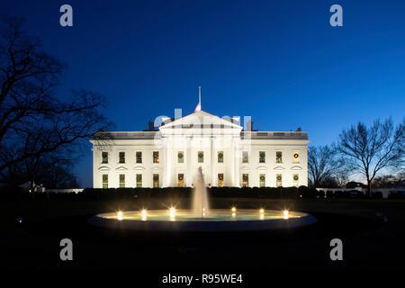 El lado norte de la Casa Blanca para Navidad decorado e iluminado en la noche del 12 de diciembre de 2018, en Washington, DC.