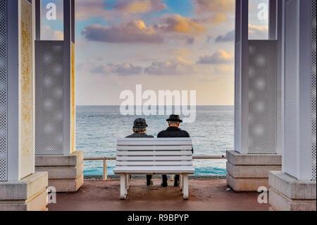 Alpes Marítimos (06), Niza. Promenade des Anglais. Pareja mayor sentada en un banco Foto de stock
