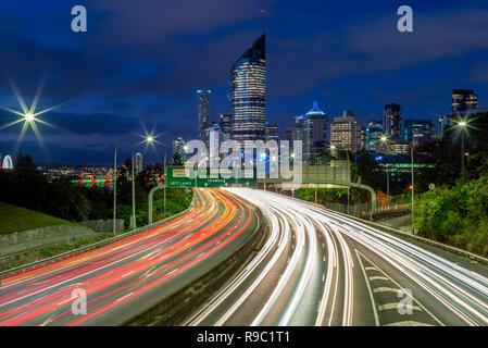 Escena nocturna de Brisbane, con senderos de tráfico