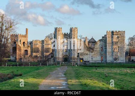 Ruinas del patrimonio de Cowdray, restos de una casa Tudor junto a la casa de Cowdray en Midhurst, West Sussex, Inglaterra, Reino Unido. A menudo llamado incorrectamente Cowdray Castillo.
