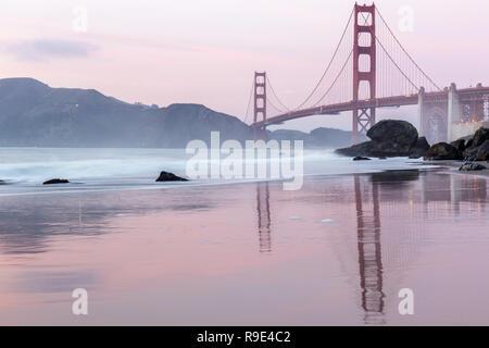 Puente Golden Gate reflexiones de Marshall's Beach.