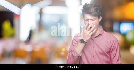 Joven apuesto hombre de negocios más antecedentes aislados aburrido bostezo cansado cubriendo la boca con la mano. Inquieto y somnolencia.