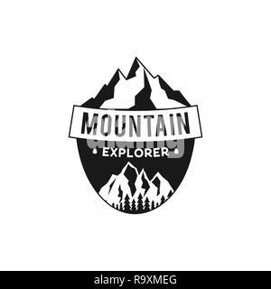 Mountain Explorer Badge. Camping aventura emblema en silueta estilo retro. Con montañas y bosques. Logotipo de viaje, parche. Vector Stock etiqueta senderismo aislado sobre fondo blanco.