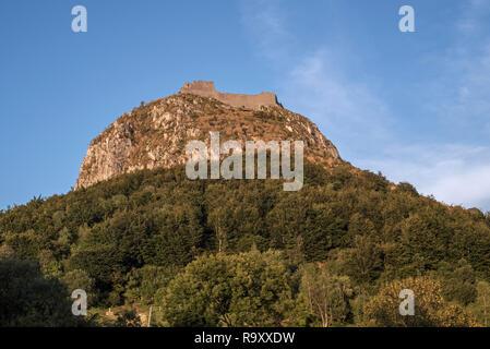 Ruinas del castillo de Montségur castillo medieval en la cima de la colina al atardecer, baluarte de los cátaros, en el departamento de Ariège, Occitanie, Francia