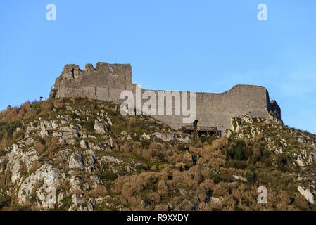Ruinas del castillo de Montségur castillo medieval en la cima de la colina, baluarte de los cátaros, en el departamento de Ariège, Occitanie, Francia