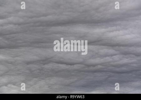 Pensativo gris formando nubes de tormenta en una noche. En la zona de tierras altas en el Reino Unido.