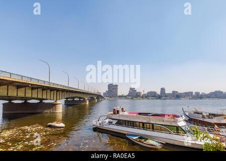 En la Universidad de El Cairo puente que cruce el río Nilo en Giza, en El Cairo, Egipto, mirando hacia la orilla oriental